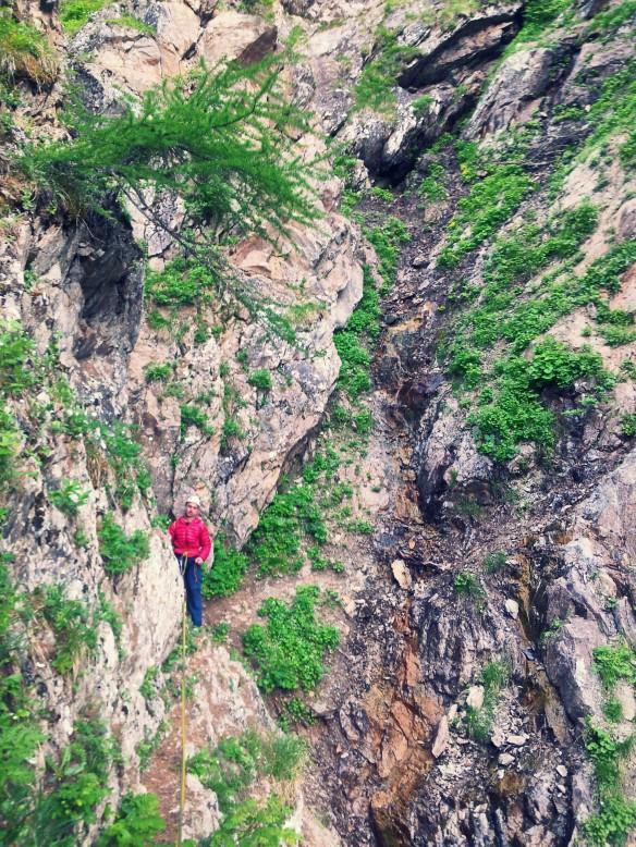 Eric cruza encordado la garganta del sendero que baja de La Fissure d'Ailefroide