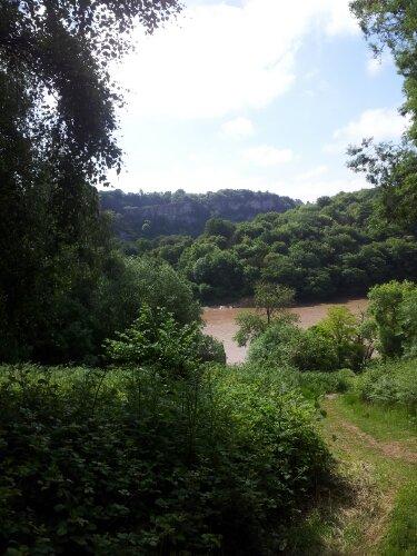 Vista del río Wye, en caminata hacia las paredes de Wintour's Leap